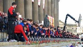 """Тысячи ливерпульцев трогательно исполнили """"You'll Never Walk Alone"""" в память о погибших на """"Хиллсборо"""""""