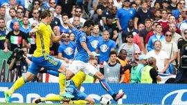 Кадр дня. Як голкіпер збірної Швеції втішає свого засмученого сина після поразки від Італії