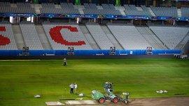 """Як на стадіоні """"П'єр Моруа"""" змінюють газон"""