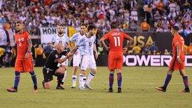 З'явились фото, як суддя сумнозвісного фіналу Аргентина – Чилі розважався з повіями (18+)