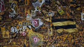 """Фанати """"Динамо"""" Дрезден шокували Німеччину, викинувши голову бика на стадіоні (18+)"""