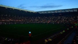 """Фанати влаштували романтичну атмосферу на матчі """"Сандерленд"""" – """"Халл Сіті"""", коли на стадіоні вимкнули світло"""