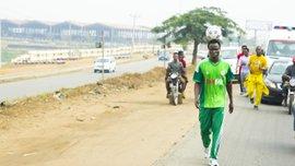Нігерійський футболіст проїхав на велосипеді з м'ячем на голові 103 кілометри та встановив світовий рекорд