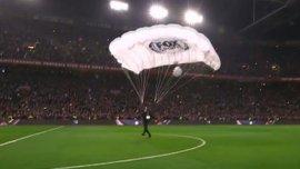 """Как парашютист доставил мяч на поединок """"Аякс"""" – ПСВ"""