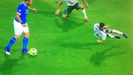 Мексиканський захисник показав, можливо, найдивніший відбір м'яча в історії