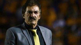 """Тренер мексиканской """"Америки"""" Рикардо Ла Вольпе поставил подножку игроку прямо во время матча"""