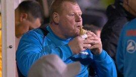 """Вратарь """"Саттон Юнайтед"""" Уэйн Шоу заподозрен в игре на тотализаторе из-за поедания пирога во время матча с """"Арсеналом"""""""