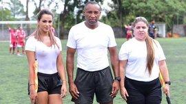 Бразильская модель-лайнсмен Денис Буэно сводит игроков с ума пышными формами под мокрой футболкой
