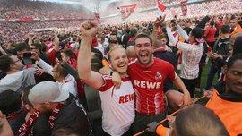 Фанаты Кельна прорвали границу из стюардов и выбежали на поле, празднуя выход команды в Лигу Европы