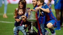 Месси праздновал победу в Кубке Испании вместе с детьми и невестой на поле