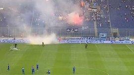 Дніпро – Волинь: арбітр завершив матч через вибухи піротехніки на полі