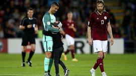 Роналду тепло обнял юного фаната, который выбежал на поле в матче Латвия – Португалия