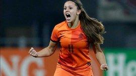 Игрок женской сборной Нидерландов обыграла двух соперниц красивым финтом на Евро-2017