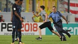 Болельщик сборной Англии выбежал на поле во время матча против Мальты через обещание в соцсети