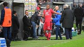 Защитник Лиона Марсело был удален с поля, потому что случайно выбил карточку из рук арбитра