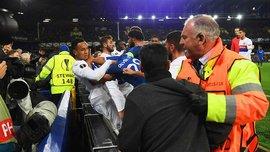 Фанат Евертона із маленькою дитиною на руках поліз у бійку до гравців Ліона