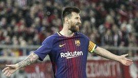 Во время матча Олимпиакос – Барселона один фанат поцеловал Месси, а другой – сделал селфи