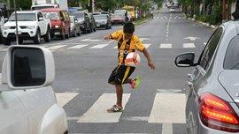 14-летний юноша, который жонглировал посреди дороги ради мамы, получил в подарок профессиональный контракт с Гуарани