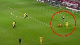 Бартра та Буркі привезли собі кумедний гол у матчі Штутгарт – Борусія Д