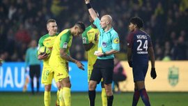Арбитр матча Нант – ПСЖ ударил игрока ногой, после чего удалил его с поля