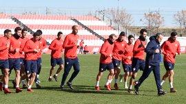 Фанаты Севильи прервали тренировку команды, чтобы выразить недовольство результатами