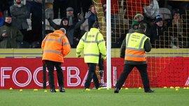 Болельщики Халл Сити забросали поле теннисными мячиками во время матча против Шеффилд Юнайтед