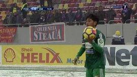 Игрок румынского клуба надел гетры на руки, спасаясь от мороза