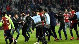 Фанаты Лилля выбежали на поле после матча против Монпелье, игроков спасли стюарды