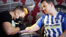 Фанат берлинской Герты сделал себе татуировку, которая является билетом на все домашние матчи клуба
