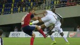 Игрок Дюделанжа Мелисс совершил ужасный фол против В Лиге чемпионов