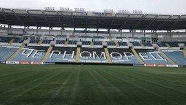 Черноморец приводит в порядок газон на стадионе
