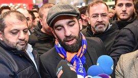 Туран зламав носа турецькому співаку в нічному клубі Стамбула та оригінально вибачився