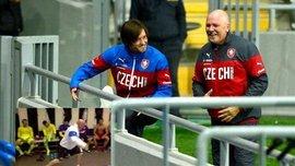 Чехия безумно отпраздновала победу в дерби против Словакии – массажист патриотически зажигает перед Украиной