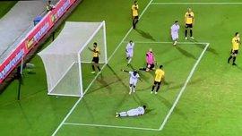 В Израиле игрок помогал травмированному партнеру, увидел мяч, забил гол и продолжил помогать – курьез дня