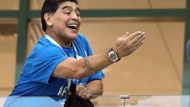 """Марадона знову """"запалює"""" – аргентинець задрімав під час матчу свого Дорадоса: його збудив телефон"""