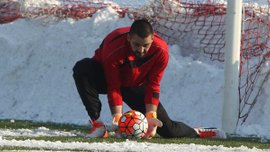 В Сербии вратарь пропустил самый нелепый гол сезона – его команда получила 6 мячей от Партизана