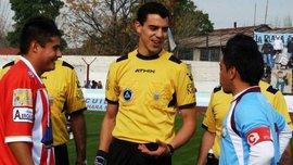 В Аргентине футболист жестоко избил арбитра до потери сознания из-за красной карточки партнеру, – ужасные кадры