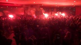 Фанати Аякса влаштували нічний салют біля готелю, де проживає Реал
