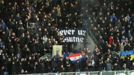Фанаты Динамо Загреб вывесили украинский флаг на матче с Викторией Пльзень – фото дня