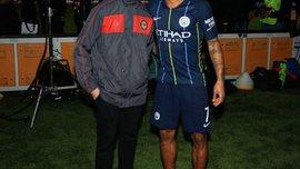 Стерлинг встретился с юным футболистом, который пережил расистские оскорбления