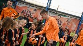 Шахтар – Карпати: Кудрик відвідав тренування команди дівчаток і подарував їм квитки на матч