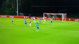 Игрок Утрехта забил гол гениальным ударом скорпиона – видео невероятного момента