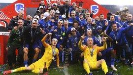 Под дождем и окруженный фанатами: Малиновский поднял над головой кубок чемпионата Бельгии – видео церемонии награждения