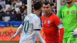 Аргентина – Чили: Медель швырнул жевательной резинкой в болельщика после матча