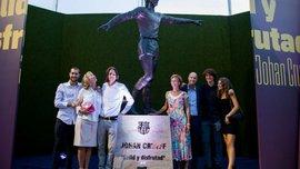 Барселона установила статую Кройфа возле Камп Ноу