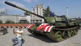 Фанаты Црвены Звезды перед матчем Лиги чемпионов припарковали возле стадиона боевой танк