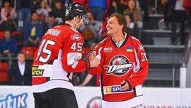 Пятов выполнил торжественное вбрасывание шайбы перед хоккейным матчем Донбасса