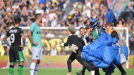Болельщик на парашюте прервал матч Серии А
