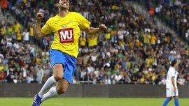 Жінка-арбітр показала жовту картку Кака, аби зробити селфі у матчі легенд Бразилії та Ізраїля