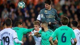 Героический поход Куртуа на угловой, который спас Реал, в видеообзоре матча против Валенсии